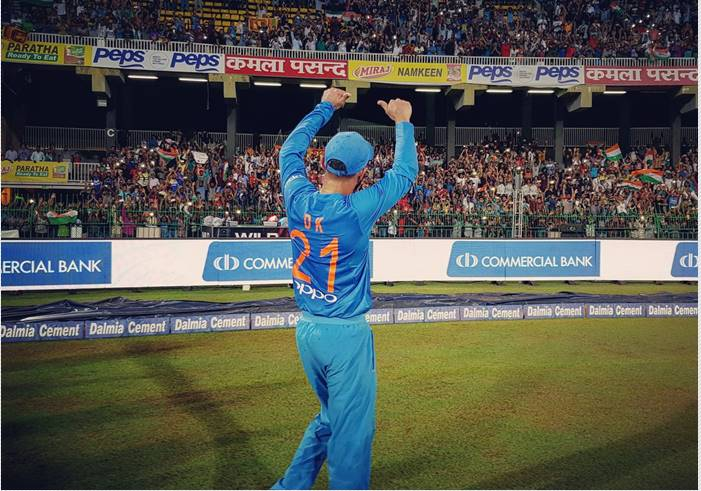 Dinesh Karthik thanking crowd for supporting Team India/ Photo: Twitter/BCCI