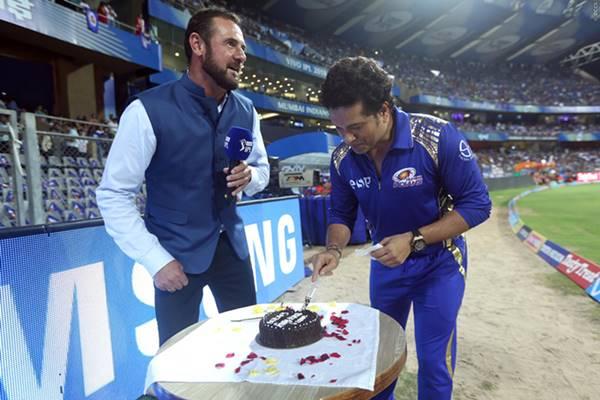Sachin Tendulkar cuts birthday cake during MI vs SRH match at Wankhede Stadium/ Photo: BCCI