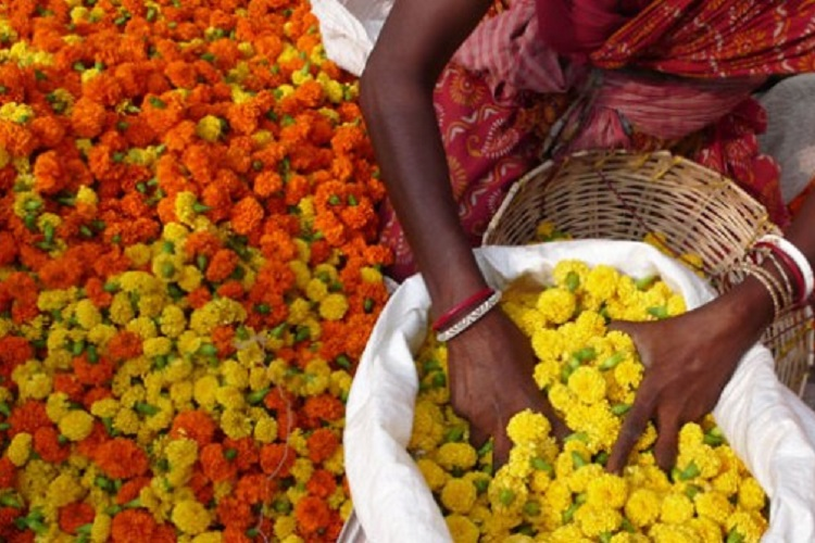 This Delhi Temple's Solution To Dealing With Floral Waste Is Amazing