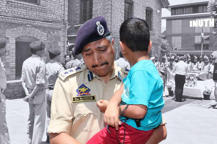 Martyred Inspector's Son In Arms, Srinagar Cop Breaks Down At Wreath Laying Ceremony